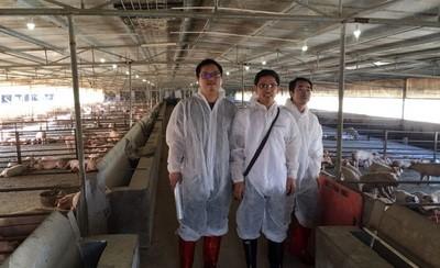 2、科研人员深入猪场技术指导副本.jpg