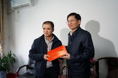 自治区政协主席 蓝天立慰问谢芝勋专家-1-1.jpg
